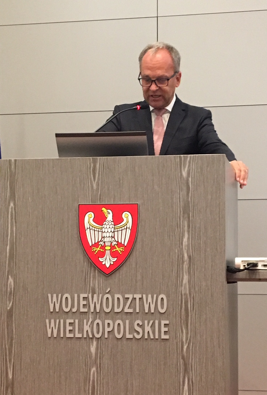 Landtagsdirektor Peter von Unruh redet in der Wielkopolska beim ersten Jugendparlament der Partnerregion in Polen.Foto: Hessischer Landtag, Kanzlei 2017